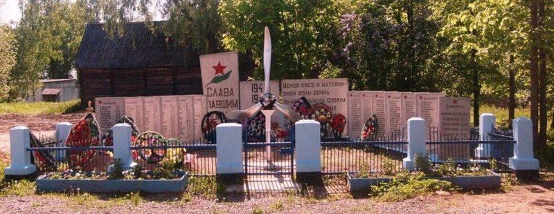 с. Чихачево Бежаницкого р-на. Братская могила советских воинов, погибших в 1944 году.