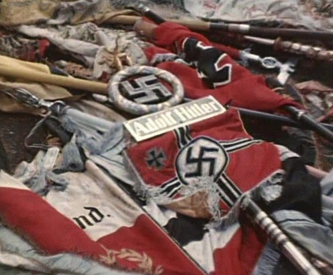 Немецкие знамена и штандарты, брошенные к подножью Мавзолея.