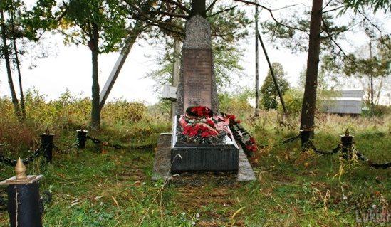д. Берёзовка Великолукского р-на. Памятный знак землякам, погибшим в годы войны.