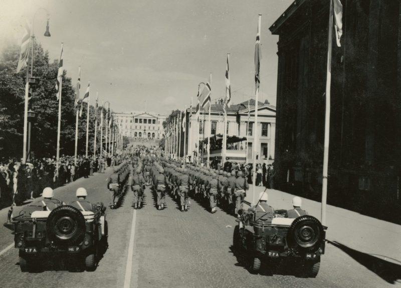 Прохождение парадных колонн по главной улице Осло.
