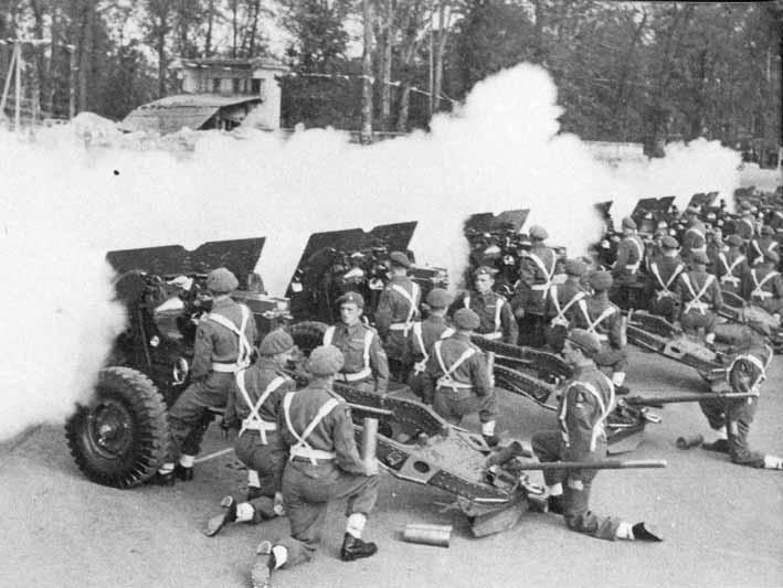 Открытие парада артиллерийским салютом.