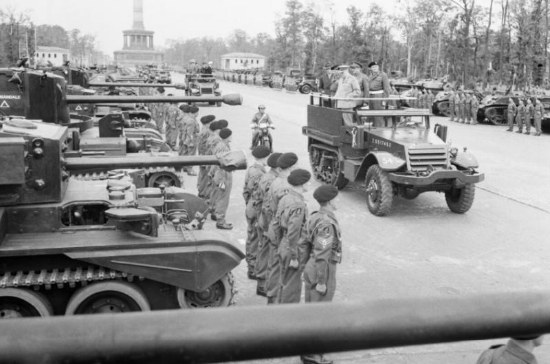 Черчилль объезжает парадные расчеты войск.