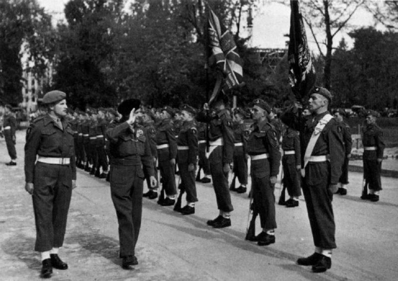 Фельдмаршал Монтгомери перед почетным караулом.
