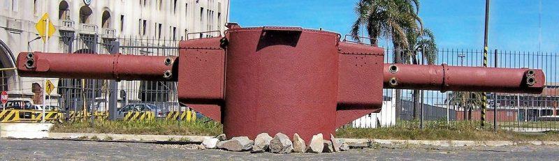 Один из двух 10,5-метровый дальномер линкора «Граф Шпее» весом в 27 тонн в бронированной рубке, установленный в качестве памятника в гавани Монтевидео, Уругвай.