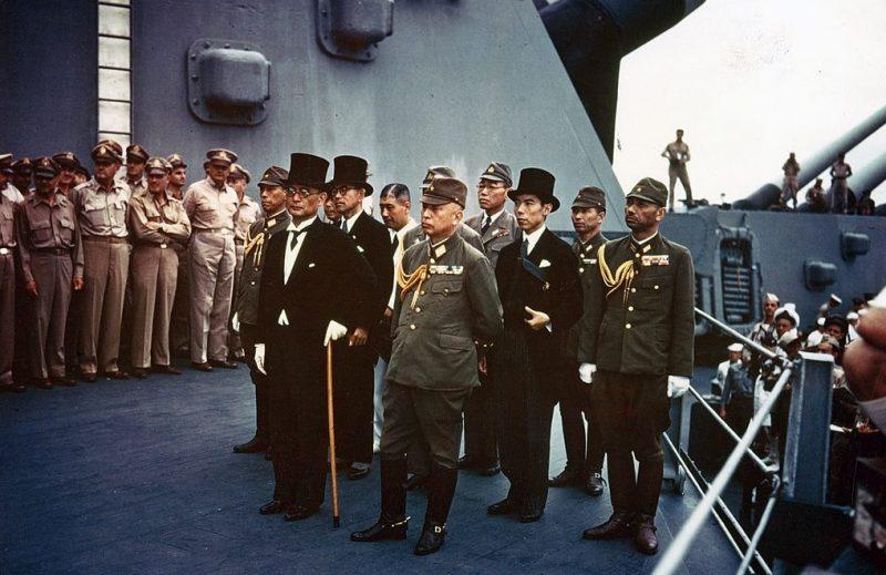 Представители Японской Империи стоят на борту USS Missouri перед подписанием Акта о капитуляции.