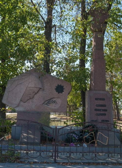 с. Барашевка Житомирского р-на. Братская могила 36 советских воинов и памятный знак воинам-односельчанам.