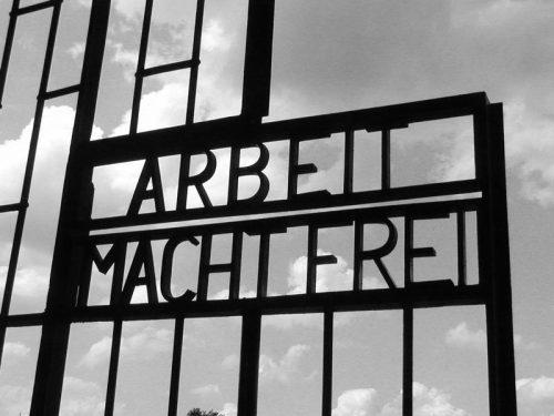 Лозунг на воротах концлагеря Заксенхаузен - «Работа освобождает».