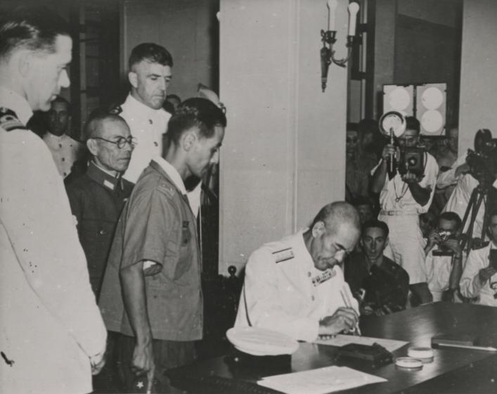 Подписание акта о капитуляции японских войск в Гонконге. 16 сентября 1945 года.