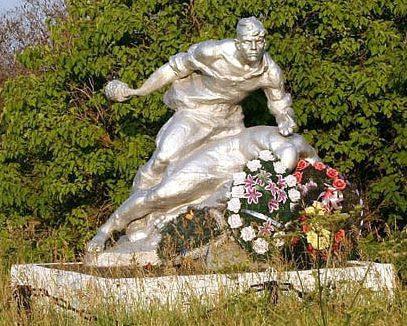 шоссе Псков-Остров Псковский р-н. Памятник советским воинам.