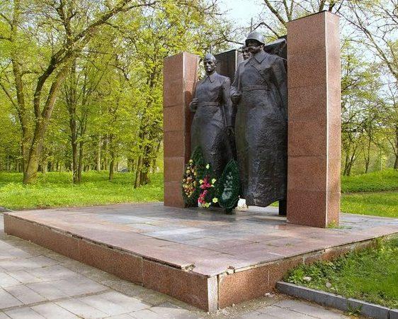 Памятник в честь воинов-освободителей и погибших земляков.