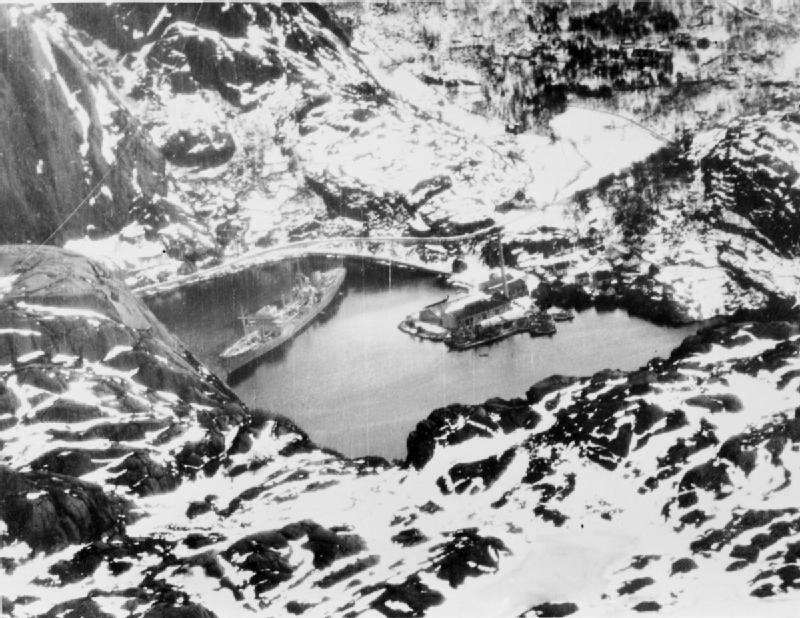 Немецкое судно снабжения и военнопленных «Альтмарк», пришвартованное в Йозинг-фьорде.