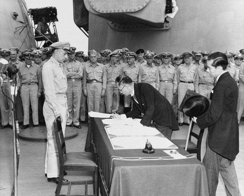 Министр иностранных дел Японии Мамору Сигэмицу подписывает Акт о капитуляции от имени правительства Японии.