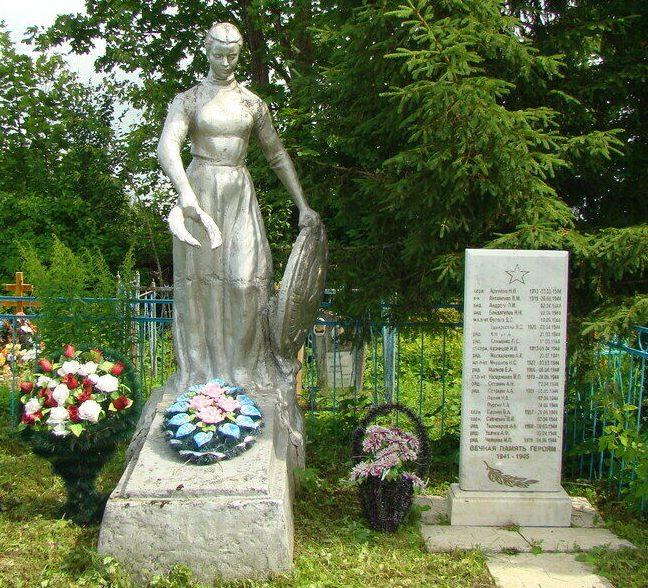 д. Болотово Псковского р-на. Памятник, установленный на братской могиле советских воинов, погибших в 1944 году.
