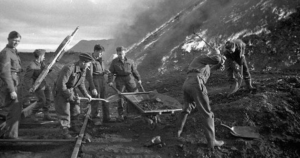 Канадские саперы сжигают груды угля во время операции Gauntlet.