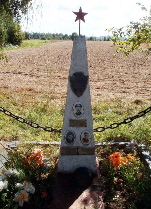 д. Ильинское Красногородского р-на. Братская могила лётчиков, погибших в годы войны.