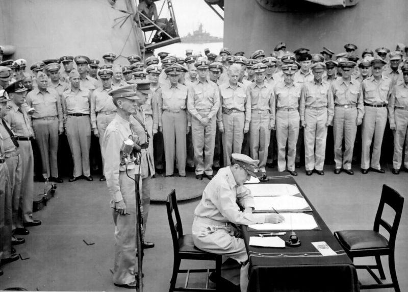 Генерал армии Дуглас Макартур подписывает Акт о капитуляции от имени союзных держав.