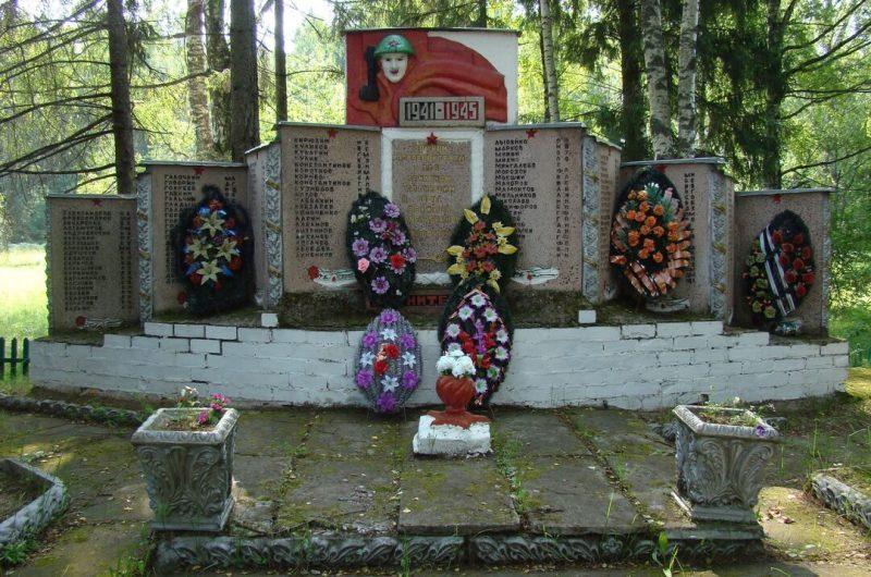д. Быстроникольское Псковского р-на. Братское кладбище советских воинов, погибших в 1944 году.