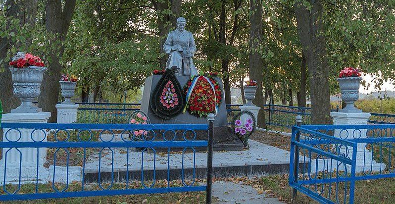 с. Березовка Житомирского р-на. Памятник, установленный на братской могиле, в которой похоронено 75 советских воинов.