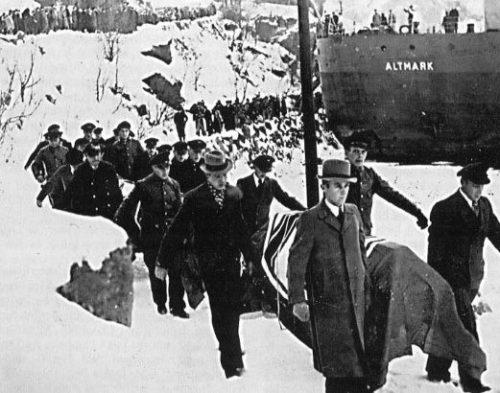 Погибших в инциденте немцев несут на берег для похорон.
