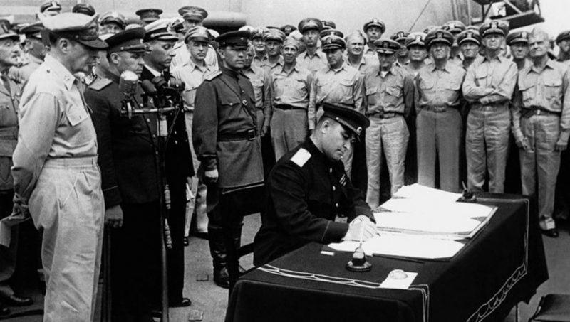 Представитель СССР генерал-лейтенант Кузьма Деревянко подписывает Акт о капитуляции Японии.