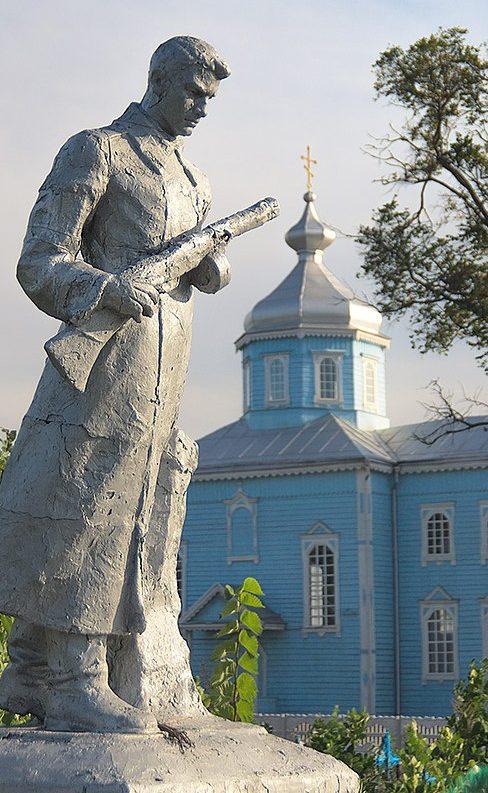 с. Вертокиевка Житомирского р-на. Братская могила 55 советских воинов.