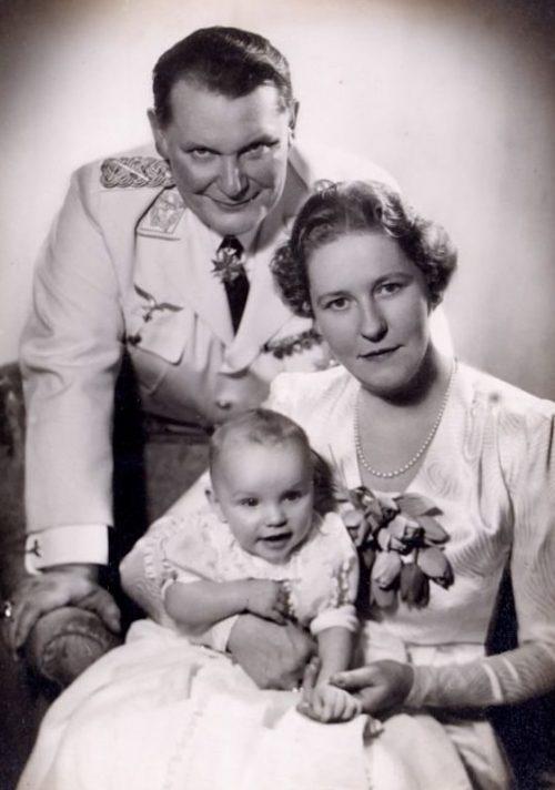 Герман Геринг с дочерью Эддой и женой Еммой.