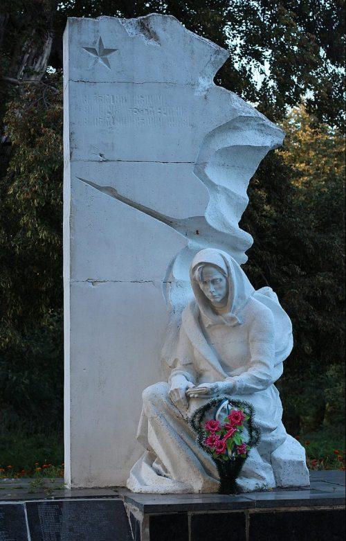 с. Гараповка Андрушевского р-на. Памятник воинам-землякам, погибшим в годы войны.