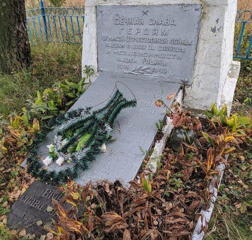 с. Града (Чубаровка) Андрушевского р-на. Братская могила, в которой похоронено 55 советских воинов.