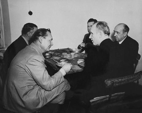 Герман Геринг, Денниц, Функ, Ширах и Розенберг в тюремной столовой Нюрнберга. 1946 г.