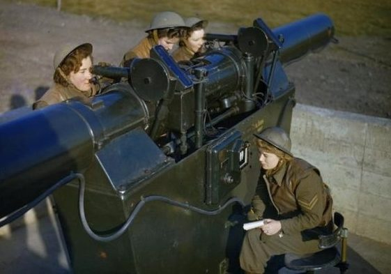 Женщины их WAAF с зенитным дальномером, использующимся для опознания самолетов.
