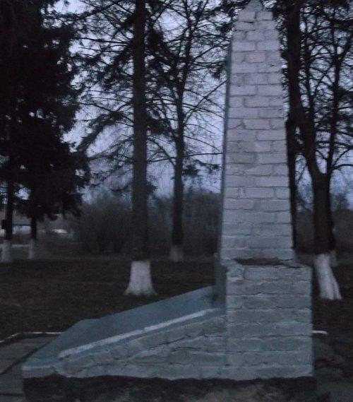 с. Жердели Андрушевского р-на. Памятный знак воинам-односельчанам, погибшим в годы войны.