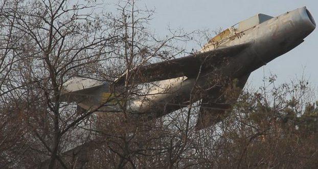 г. Житомир. Памятник МиГ-15, установленный в 1974 году в честь пилотов 2-й воздушной армии, освобождавших город. Архитектор - М. II. Перевозник.