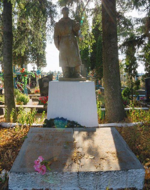 с. Гадзинка Житомирского р-на. Братская могила 12 советских воинов.