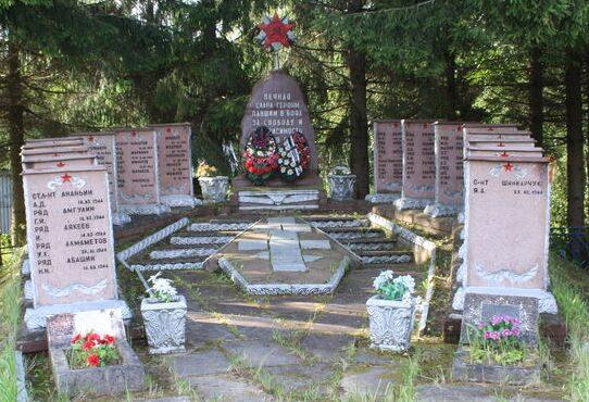 д. Кебь Псковского р-на. Воинское захоронение. Здесь же похоронен Герой Советского Союза Обухов Е.М.