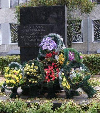 г. Житомир. Памятный знак на Старом бульваре 7, установленный в 1970 году в честь погибших преподавателей, студентов и сотрудников сельскохозяйственного института.