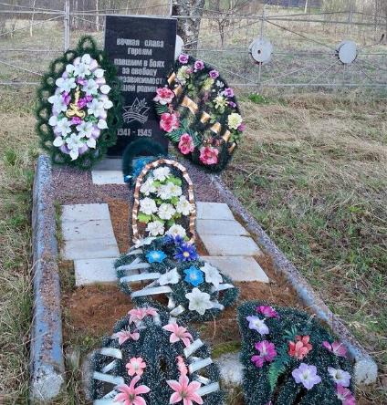 д. Красная Горка Псковского р-на. Братская могила советских воинов, погибших в 1944 году.