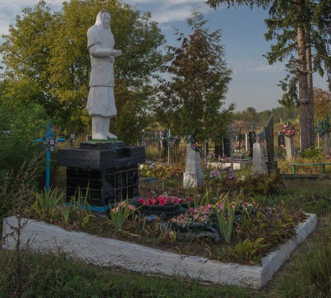 с. Городище Житомирского р-на. Памятник, установленный на братской могиле, в которой похоронен 31 советский воин.