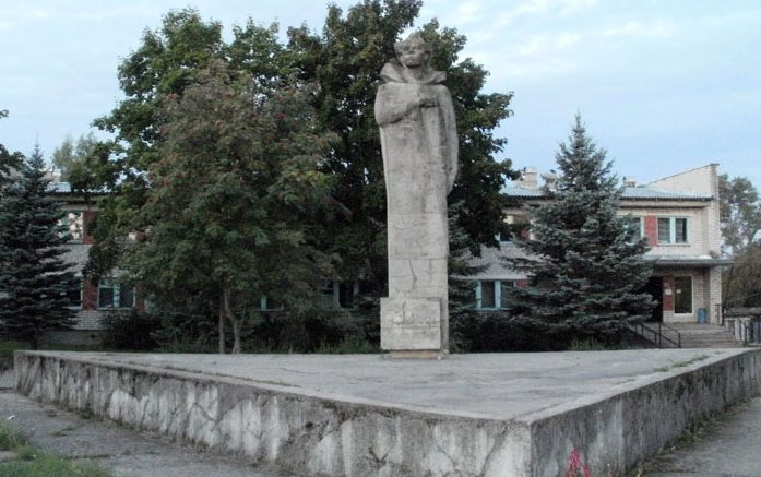 п. Красногородск. Памятник Герою Советского Союза Никандровой А.А.