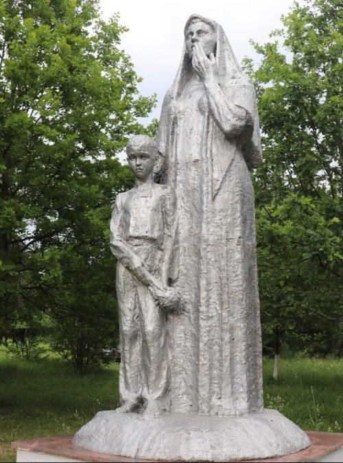 п. Красногородск. Памятник «Скорбящая вдова с сыном» установлен в сквере Памяти в 1995 году. Скульпторы А.Ф.Маначинский и его сын В.А. Маначинский.