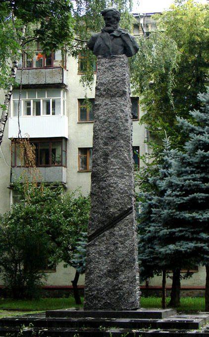 г. Житомир. Памятник Герою Советского Союза Шелушкову Г.И., установленный в 2008 году.