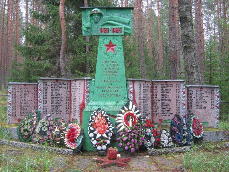 д. Люботеж Псковского р-на. Памятник, установленный на братском кладбище советских воинов, погибших в 1944 году.