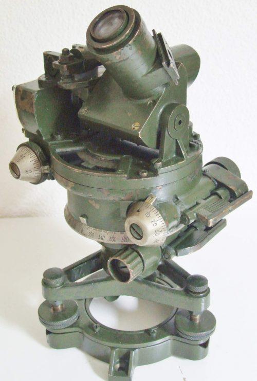 Артиллерийская буссоль №7 МkIV применяемая для определения местоположения артиллерии.
