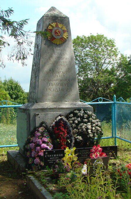 д. Назимово Псковского р-на. Обелиск, установленный на братской могиле воинов, погибших в 1944 году.