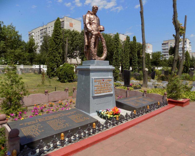 Центральный памятник на кладбище.