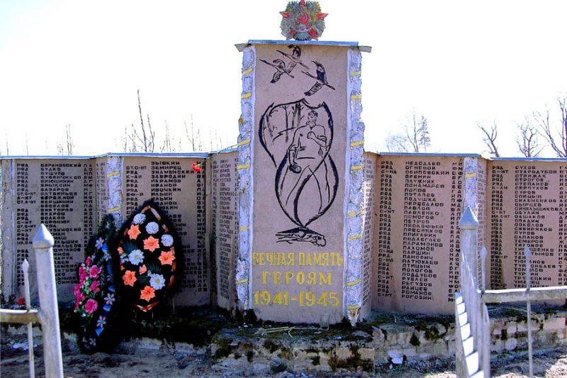 д. Площаны Псковского р-на. Братская могила советских воинов.