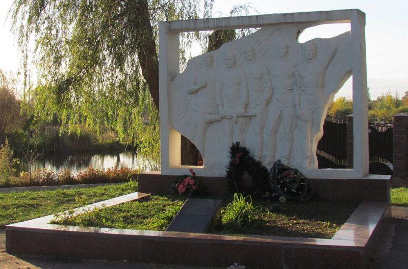 г. Житомир. Памятник, установленный на братской могиле, в которой похоронено 14 советских воинов.
