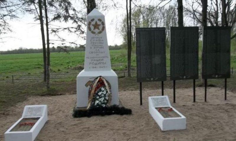 д. Рябово Псковского р-на. Братская могила воинов, погибших в годы войны.