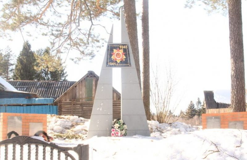 д. Боровка Куньинского р-на. Памятник, установленный на братской могиле, в которой похоронено 226 советских воинов, погибших в 1944 году.