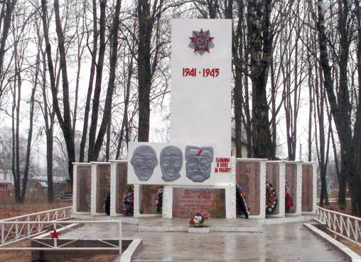 с. Серёдка (Малогостицы) Псковского р-на. Памятник, установленный на братской могиле солдат и партизан погибших в годы войны