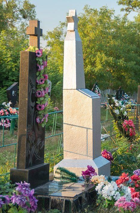 с. Калиновка Житомирского р-на. Братская могила, в которой похоронено 26 советских воинов.